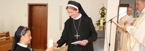 Sr. Angelika zündet eine Kerze an